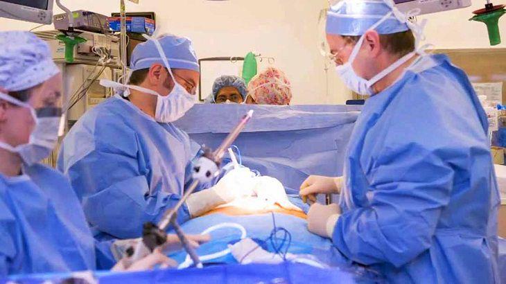 Trường hợp người bệnh không đáp ứng được các phương pháp điều trị trên, bác sĩ sẽ tiến hành phẫu thuật để thu nhỏ dạ dày