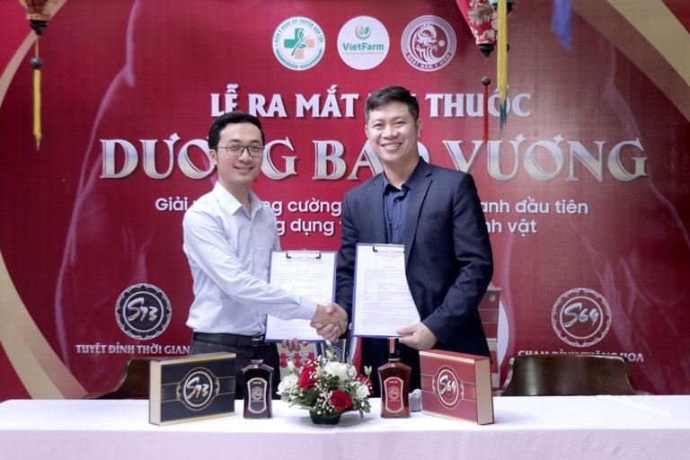 Đại diện Nhất Nam Y Viện ký kết hợp tác với Trung tâm dược liệu Quốc gia Vietfarm trong cung ứng nguyên liệu cho Dương Bảo Vương
