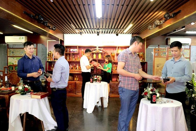 Nhiều khách mời tham quan showroom và được nhân viên tư vấn kỹ lưỡng về sản phẩm