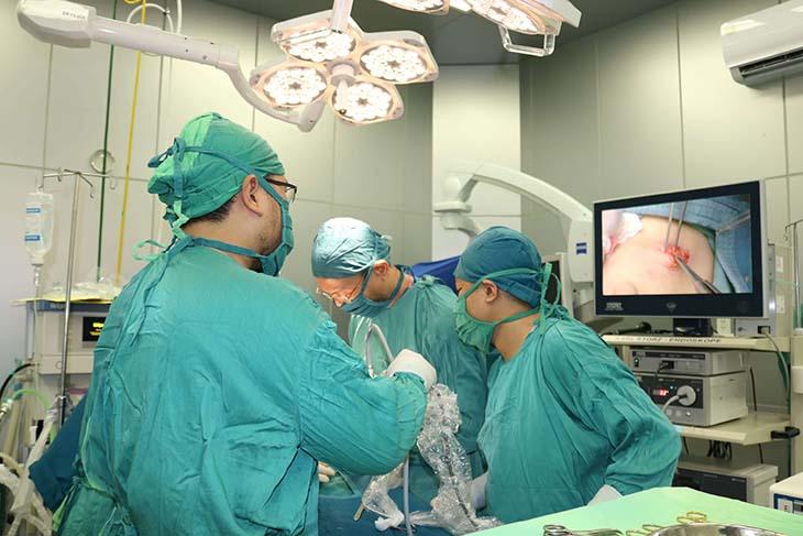 Điều trị ngoại khoa chủ yếu là phẫu thuật lấy bỏ mảng xơ vữa trong lòng động mạch
