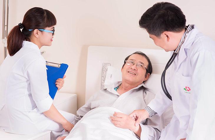Nhân viên y tế và người bệnh theo dõi những dấu hiệu sống, dấu hiệu tổn thương hay suy tạng