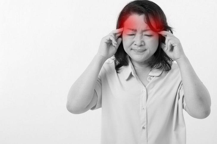 Người bệnh bị đau đầu, nôn, buồn nôn, có thể sốt hoặc không