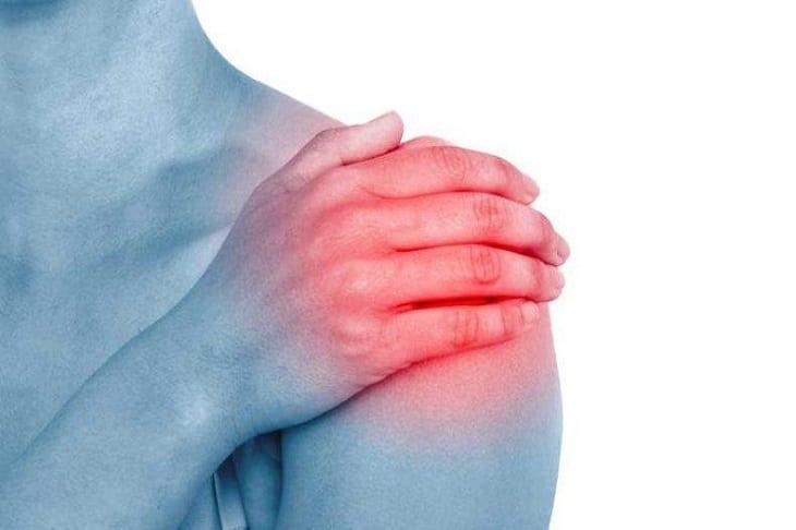 Người bệnh bị viêm quanh khớp vai sẽ có dấu hiệu đau nhức khó chịu vùng vai