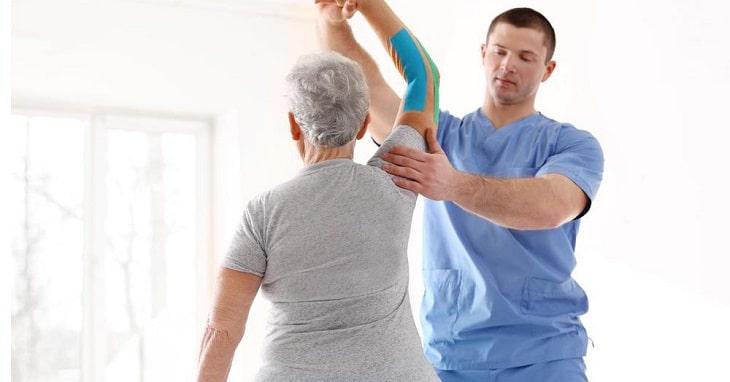 Vật lý trị liệu cũng là một phương phát giúp điều trị viêm quanh khớp vai khá hữu hiệu