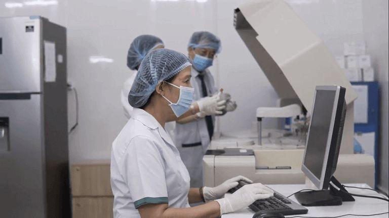Đội ngũ nghiên cứu khi đang thí nghiệm, xác định hàm lượng dược tính của các vị thuốc