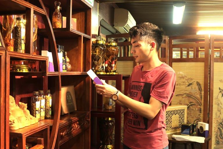 Anh Định chọn mua Saffron Vietfarm tặng mẹ