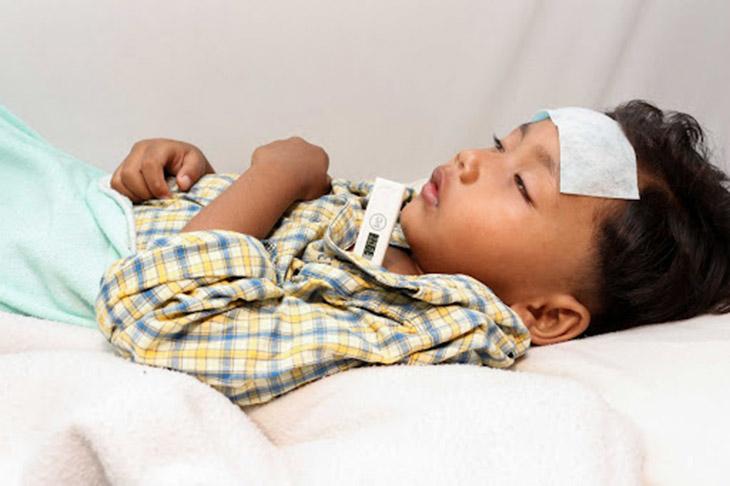 Trẻ bị viêm màng não sẽ gặp các triệu chứng như nhức đầu, cứng gáy, sốt