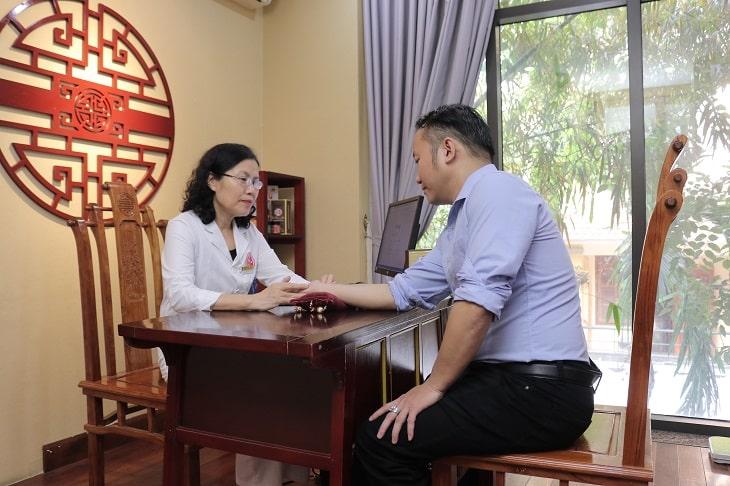 Bệnh nhân được bác sĩ Vân Anh khám chữa