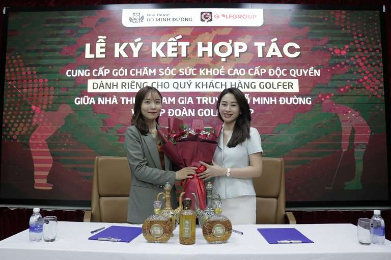 Bà Ngụy Thị Hiền - Đại diện đơn vị nhà thuốc Đỗ Minh Đường (bên trái) và Bà Vũ Kim Dung - Đại diện Tập đoàn Golf Group (bên phải)