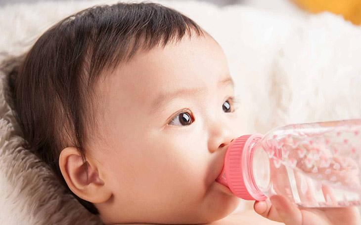 Khi bị bệnh, trẻ cần được bù nước và điện giải